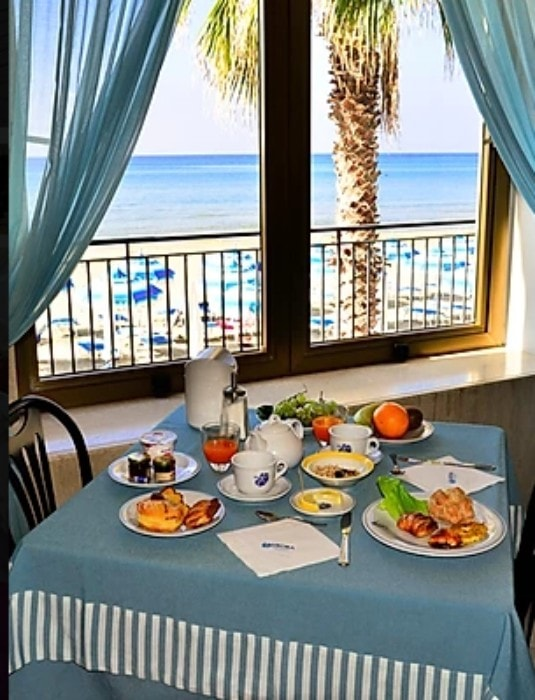 Breakfast table with a sea view at Hotel Aurora, Sperlonga.